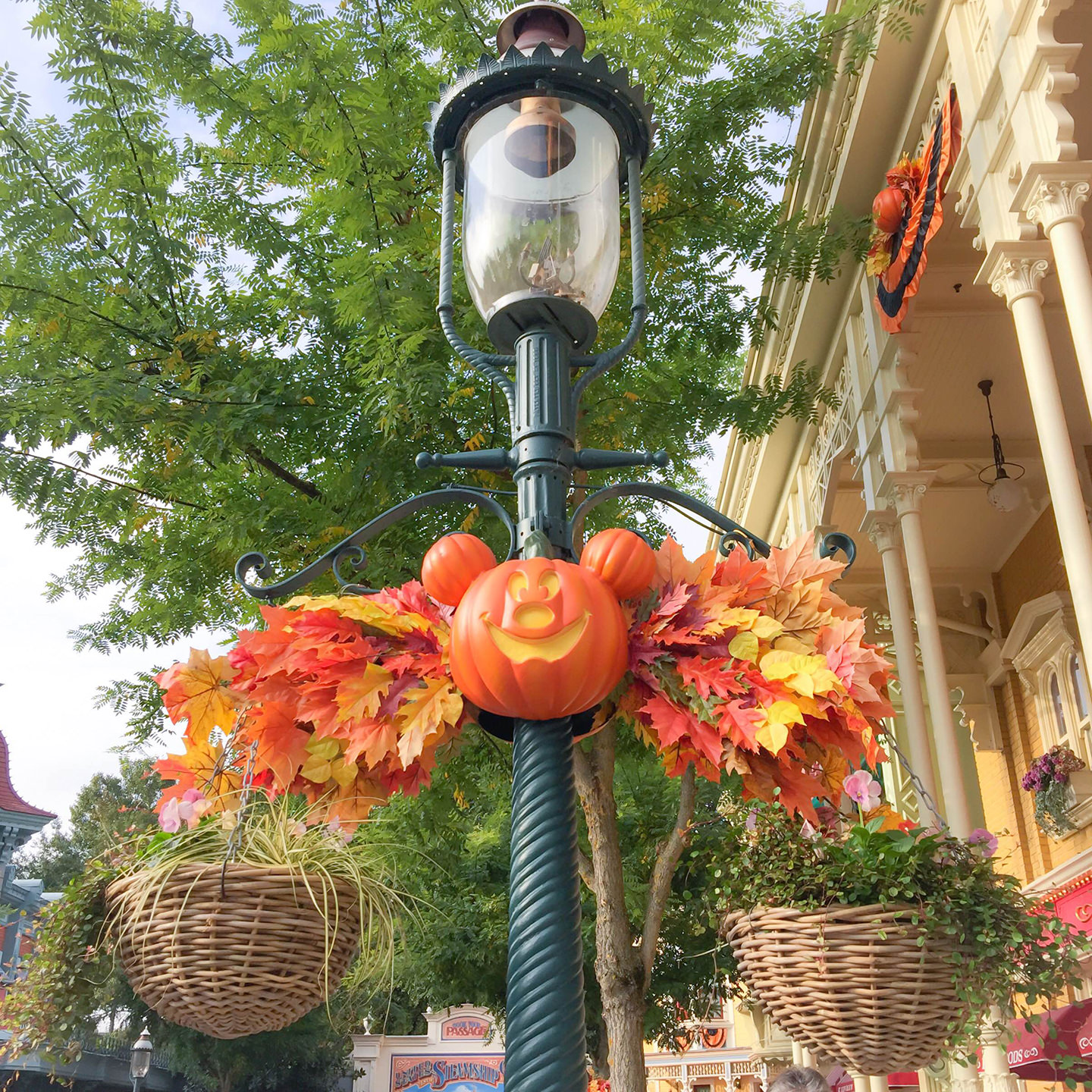 Blog-Mode-And-The-City-Lifestyle-Cinq-Petites-Choses-152-Disney-Halloween.JPG