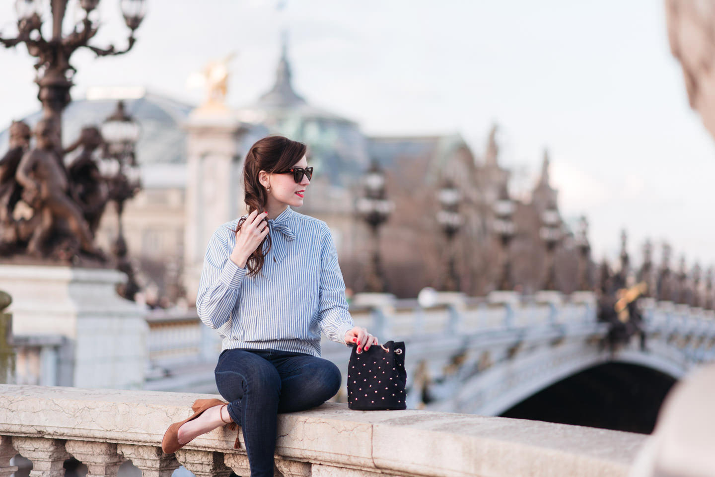Blog-Mode-And-The-City-Looks-En-Sezane-Sur-Le-Pont-Alexandre-III-10