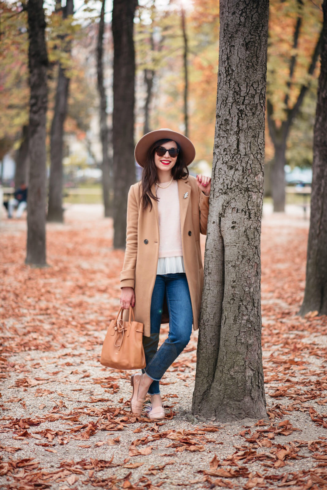 Blog-Mode-And-The-City-Looks-Jardins-du-luxembourg-pull-auguste-sezane-3
