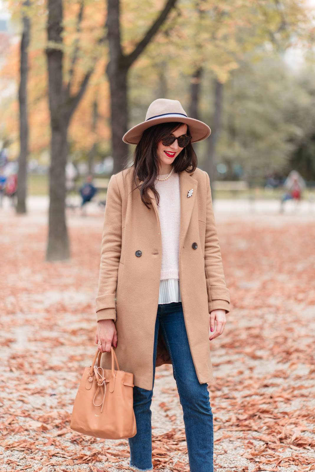 Blog-Mode-And-The-City-Looks-Jardins-du-luxembourg-pull-auguste-sezane-4