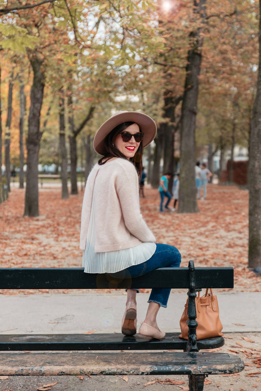 Blog-Mode-And-The-City-Looks-Jardins-du-luxembourg-pull-auguste-sezane-6