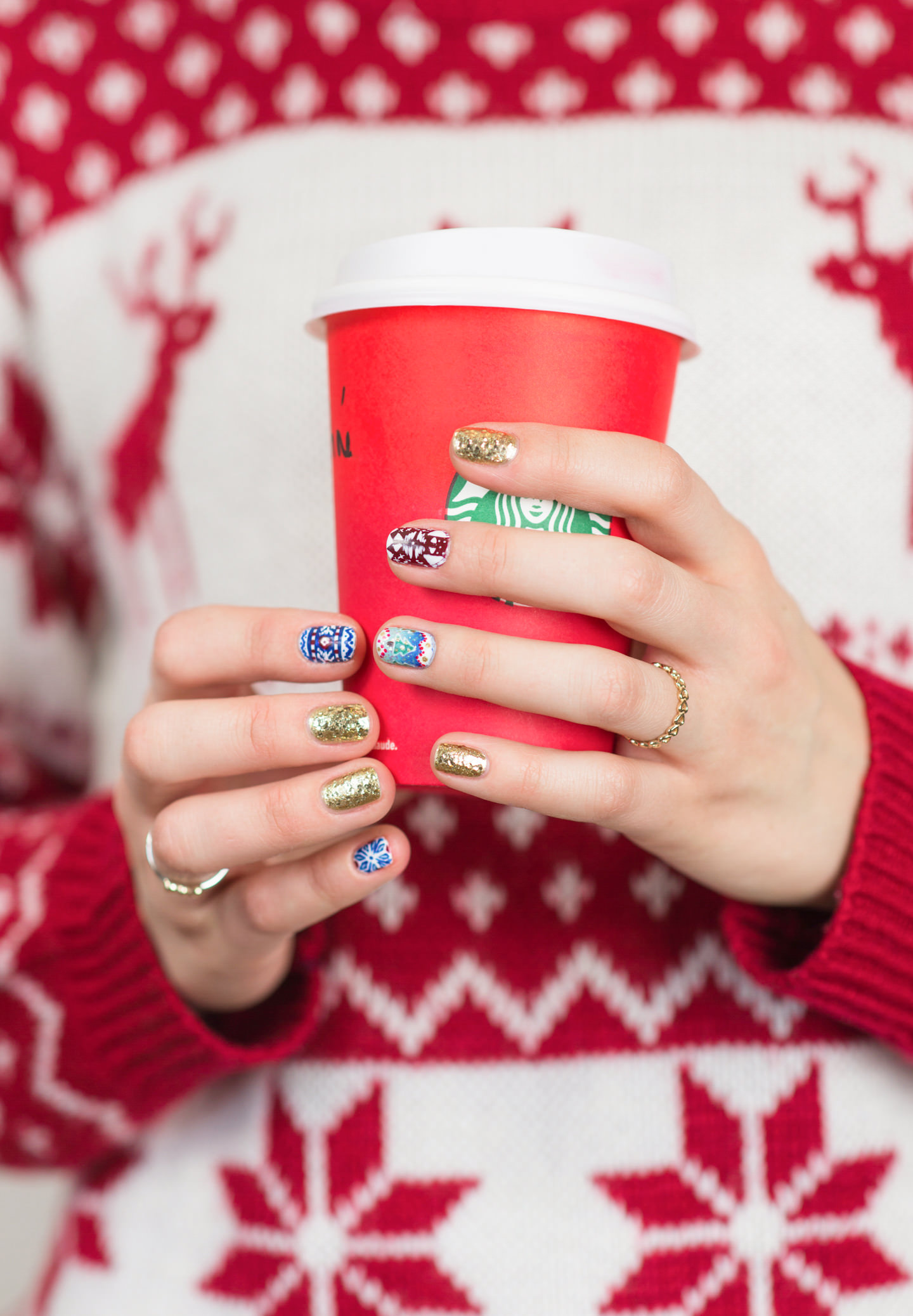 Blog-Mode-And-The-City-Lifestyle-Cinq-Petites-Choses-159-nail-art-christmas-sweaters2