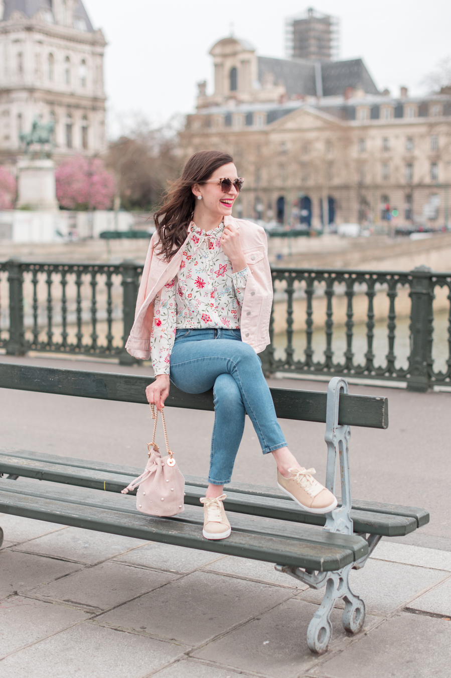 Blog-Mode-And-The-City-Looks-La-veste-en-jean-rose-parfaite-10