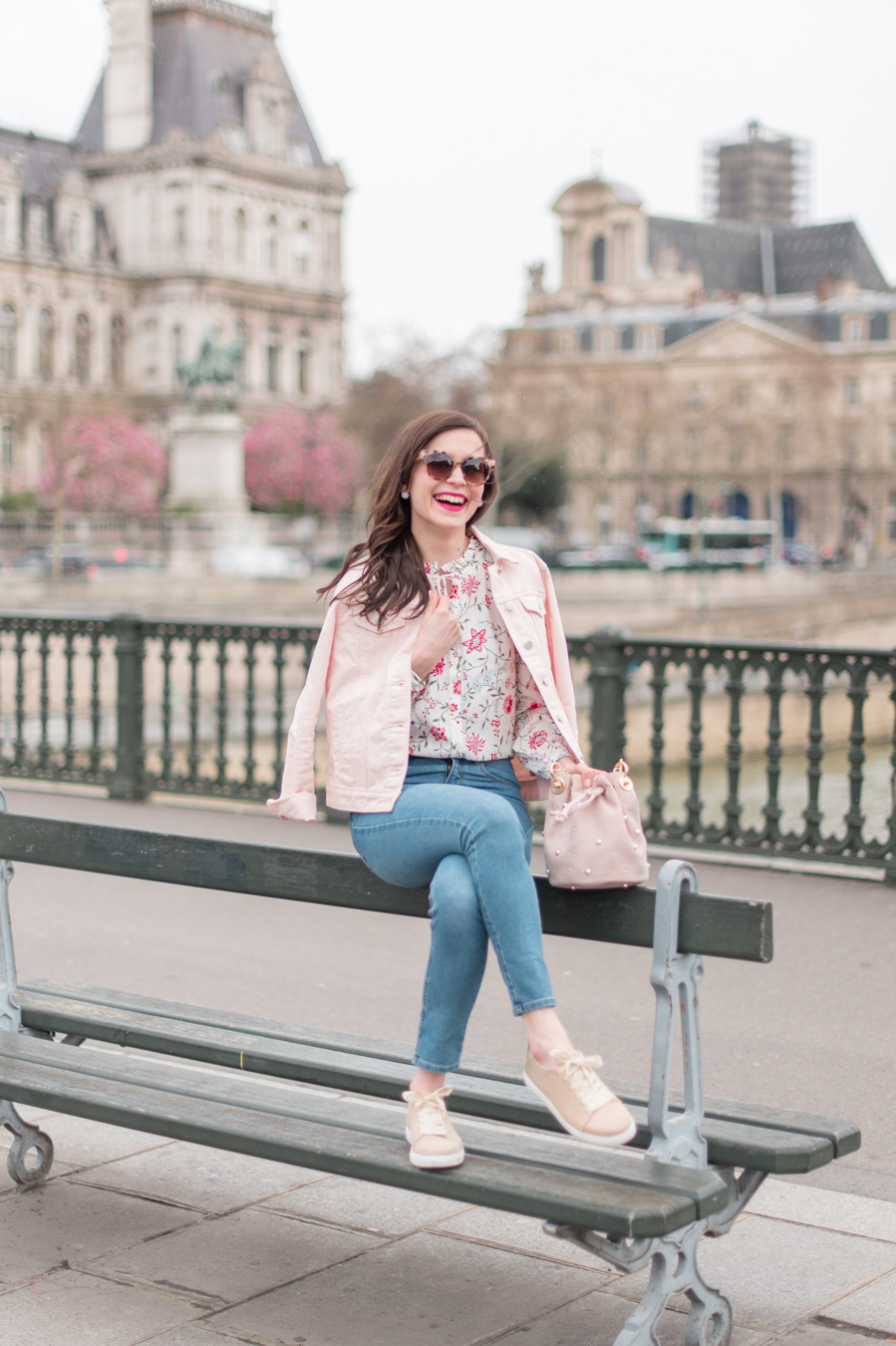 Blog-Mode-And-The-City-Looks-La-veste-en-jean-rose-parfaite-9