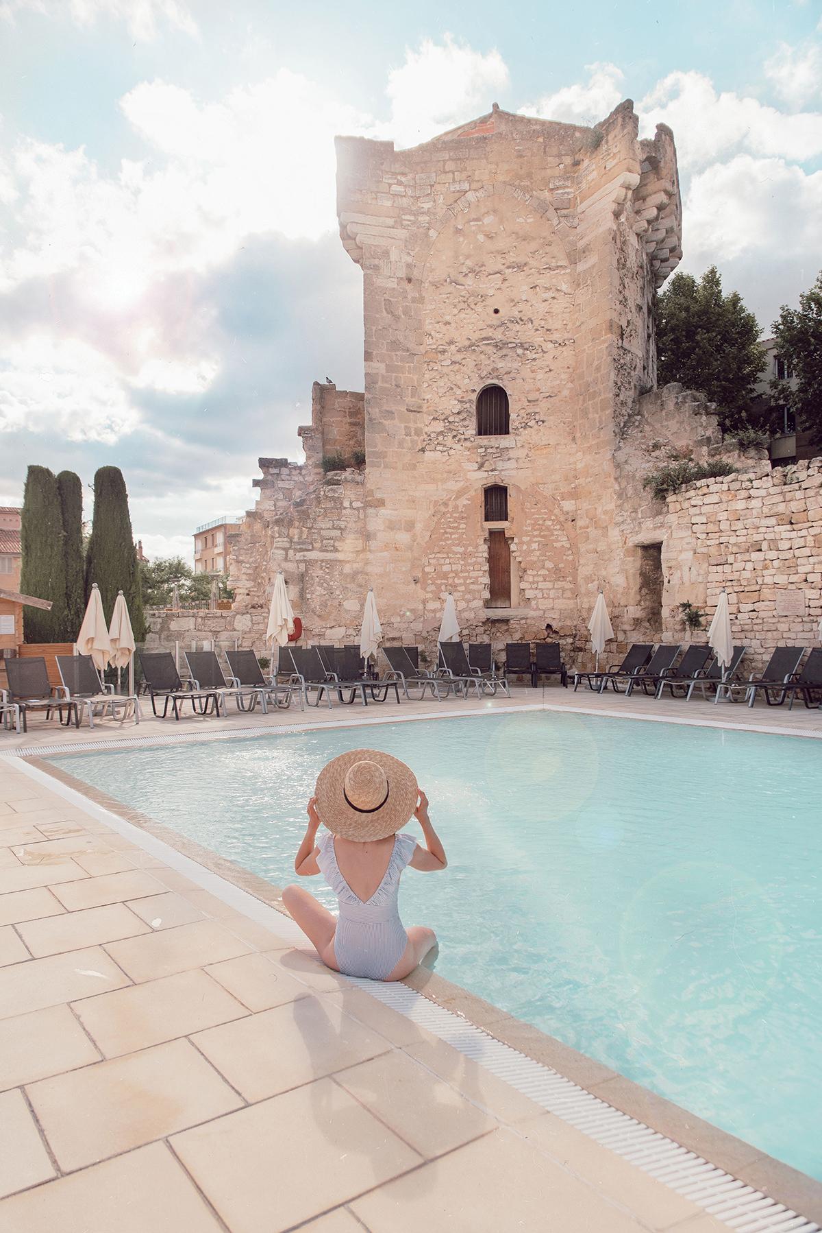 Piscine-Hotel-Aquabella-Aix-Provence-maillot-bain-volants-rayures